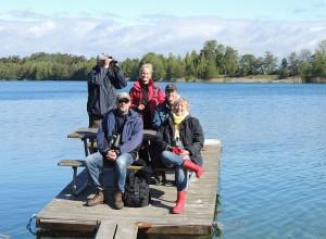 5 av dagens deltagare roar sig vid  Laxsjön